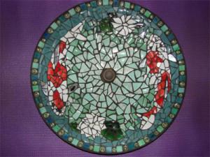 Laura Burghardt. Vasca per uccelli trasformata con un mosaico di piatti rotti